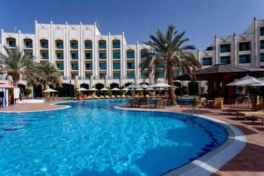 Swimming pool area of the Rotana Resort Hotel in Al Ain, Abu Dhabi Emirate, UAE. : Stock Photo