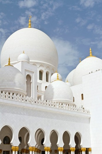 Exterior domes, arches and minarets of the the Sheikh Zayed Grand Mosque in Abu Dhabi, UAE : Stock Photo