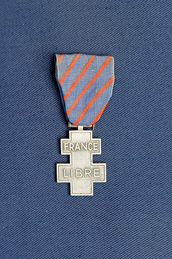 Commemorative Medal of voluntary services in the Free France  The medal is silver, shaped like a cross of Lorraine  On the obverse, one can see the words FRANCE LIBRE while in reverse, we find the dates of June 18, 1940 and May 8, 1945  The tape of this d. Commemorative Medal of voluntary services in the Free France  The medal is silver, shaped like a cross of Lorraine  On the obverse, one can see the words FRANCE LIBRE while in reverse, we find the dates of June 18, 1940 and May 8, 1945  The ta : Stock Photo