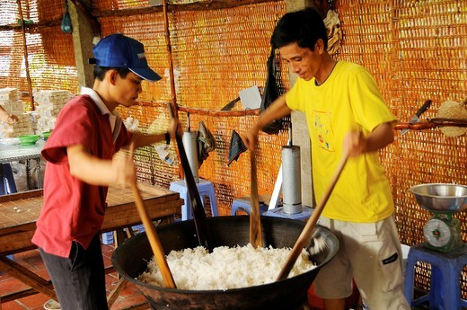 Stock Photo: 1566-730436 Vietnam, Can Tho province, Mekong Delta, manufactures handmade rice cake