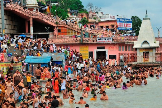 Pilgrims bathing at Har Ki Pairi ghat in the Ganges River : Stock Photo
