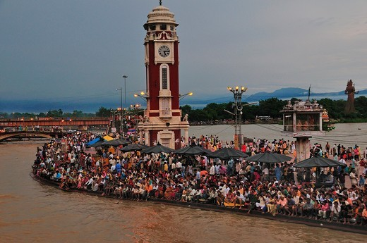 Pilgrims at Har Ki Pairi ghat by the Ganges river : Stock Photo