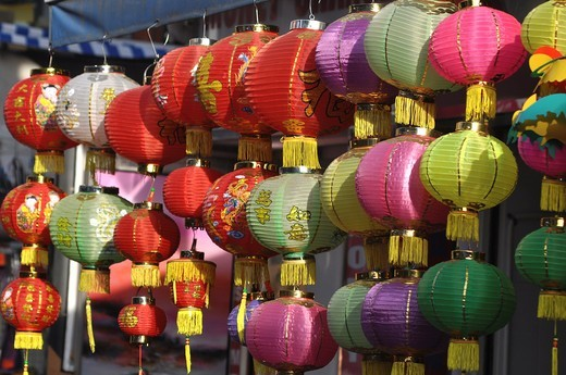 Hong Kong: Chinese-style lamps sold at the tourist market in Stanley : Stock Photo