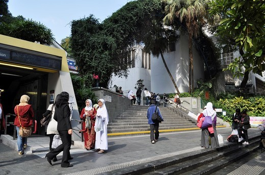 Hong Kong: Muslim women by the mosque along Nathan Road, in Tsim Sha Tsui : Stock Photo