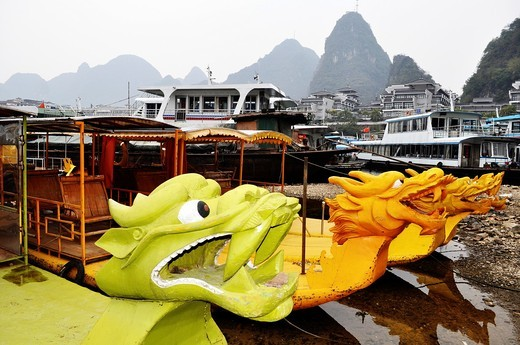 Yangshou (China): dragon-shaped boats for tourists on the Li River : Stock Photo