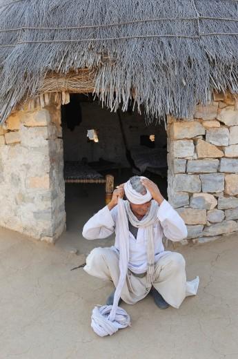 India, Rajasthan, Nagaur region, Panchala Siddha village, Bishnoi elder putting on his turban : Stock Photo