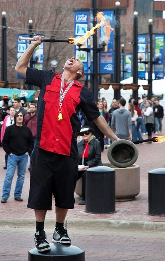 Boulder, Colorado - A street performer on the Pearl Street Mall, a popular four-block pedestrian mall in downtown Boulder : Stock Photo