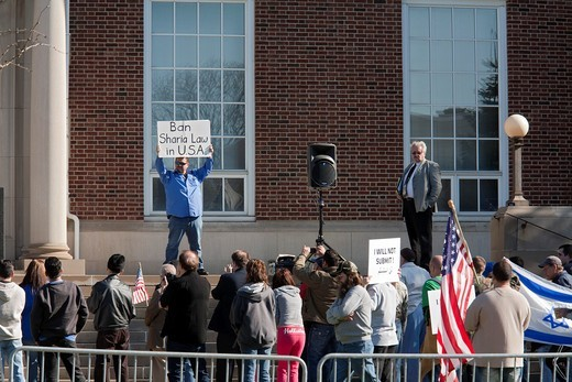 Dearborn, Michigan - Supporters of Rev  Terry Jones, the anti-Islamic Florida pastor who burned the Quran, at a rally ´against sharia and jihad´ at Dearborn City Hall  A large crowd of mostly Arab-Americans gathered across the street to oppose him : Stock Photo