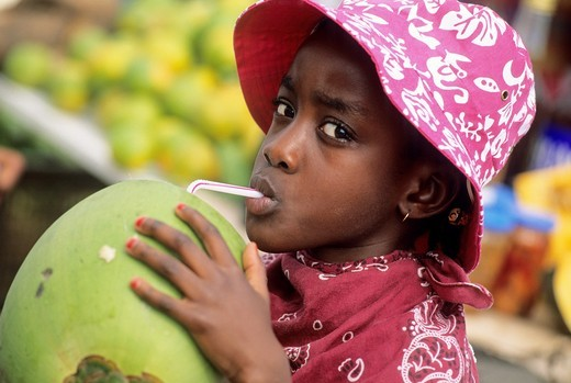 enfant buvant du jus de coco Ile de la Martinique Departement et Region d´Outremer francais Archipel des Antilles Caraibes//kid drinking coconut water Martinique Island, overseas region of France,French West Indies,French West Indies,Caribbean Sea : Stock Photo