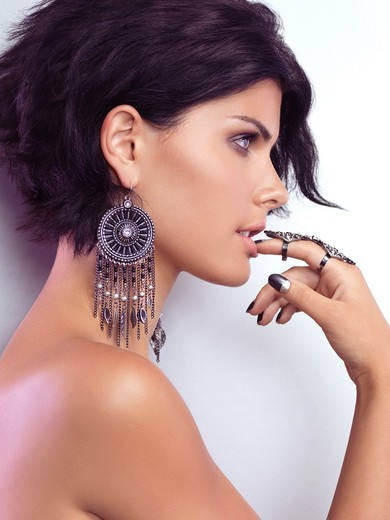 Stock Photo: 1566-757410 Beauty portrait of a young glamorous woman wearing jewellery