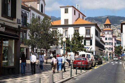 Rue Aljube FUNCHAL MADEIRA People walking in Funchal city street : Stock Photo