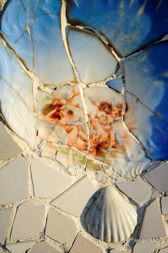 Detalle de trencadís del banco serpenteado de la plaza central del Park Güell, Antoni Gaudí i Cornet Siglo XX, Barcelona, Catalunya, España : Stock Photo