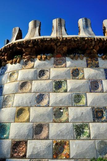 Muro en trencadís en el vestíbulo de entrada al Park Güell, Antoni Gaudí i Cornet Siglo XX, Barcelona, Catalunya, España : Stock Photo