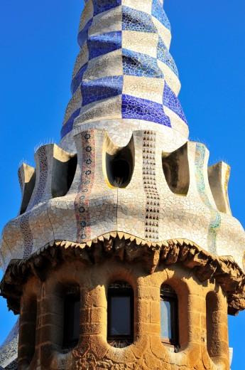Torre de uno de los pabellones de entrada al Park Güell, Antoni Gaudí i Cornet Siglo XX, Barcelona, Catalunya, España : Stock Photo