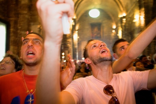 Pilgrims singing during the descent of Mª Jacobé and Mª Salomé relics Church Annual gipsy pilgrimage at Les Saintes Maries de la Mer may,Camargue, Bouches du Rhone, France : Stock Photo