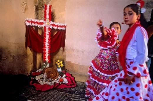 Dia de la Cruz, floral cross and girls in traditional dress 'Un Chavico pa la Cruz', at Arco de las Pesas,Albaicin quarter, Granada, Andalucia, Spain : Stock Photo