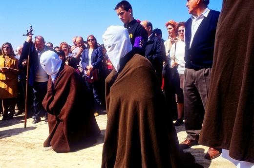 'Picaos' penitents praying in a Station of Via Crucis 'Los Picaos',Holy Week procession  Cofradia de la Santa Vera Cruz de los disciplinantes  San Vicente de la Sonsierra, La Rioja, Spain : Stock Photo