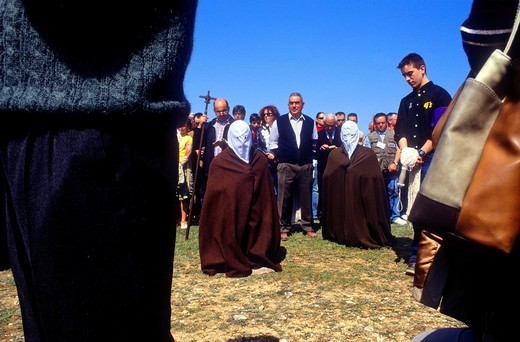 'Picaos' penitents praying in a Station of Via Crucis 'Los Picaos', Holy Week procession  Cofradia de la Santa Vera Cruz de los disciplinantes  San Vicente de la Sonsierra, La Rioja, Spain : Stock Photo