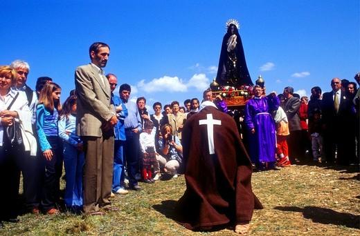 'Picao' penitent praying before whipping 'Los Picaos', Holy Week procession  Cofradia de la Santa Vera Cruz de los disciplinantes  San Vicente de la Sonsierra, La Rioja, Spain : Stock Photo