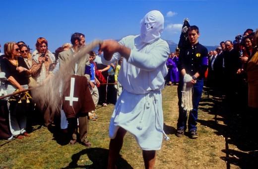 'Picao' penitent flagellating autodisciplinandose-self-disciplined 'Los Picaos', Holy Week procession  Cofradia de la Santa Vera Cruz de los disciplinantes  San Vicente de la Sonsierra, La Rioja, Spain : Stock Photo