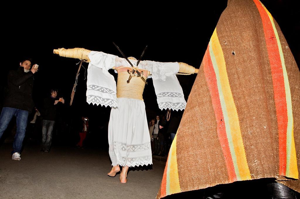 'Empalaos' impaleds, Holy Week in Valverde de la Vera Spectators, empalao and companion family Caceres province, Extremadura, Spain : Stock Photo