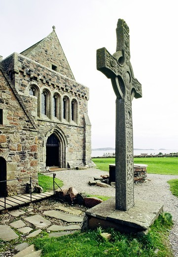 Iona Abbey and high cross on Celtic Christian island of Iona, founded by Saint Columba, near island of Mull, Hebrides, Scotland : Stock Photo