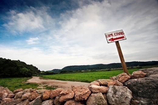 cartel indicador de camí de cavalls en Menorca : Stock Photo