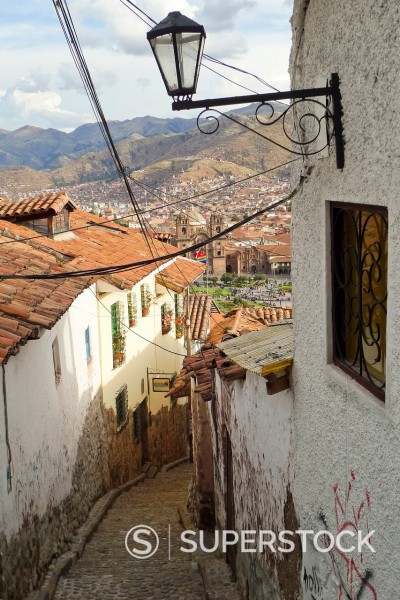 View down peaceful cobblestone alleyway overlooking Cusco´s Plaza de Armas  Cusco, Peru : Stock Photo