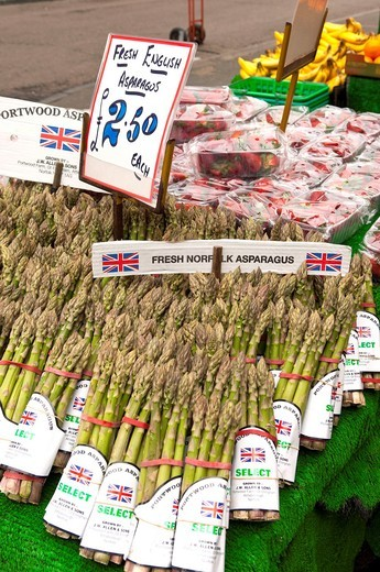 Fresh Norfolk Asparagus for sale on a market stall in Cambridge , Cambridgeshire , England , Britain , Uk : Stock Photo