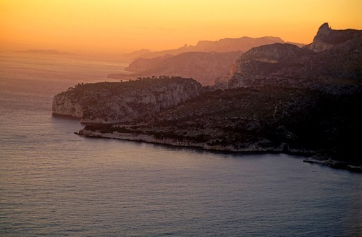 Sun setting over the limestone rock faces of Les Calanaques, Marseille, France : Stock Photo