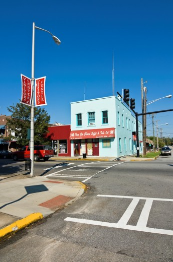 Stock Photo: 1566-793725 Life in small southern town, USA. Road crossing in Thomasville, Georgia