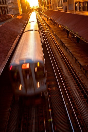 Sunrise illuminates a train in the Chicago rapid transit system known as the´L´ in Chicago, IL, USA : Stock Photo