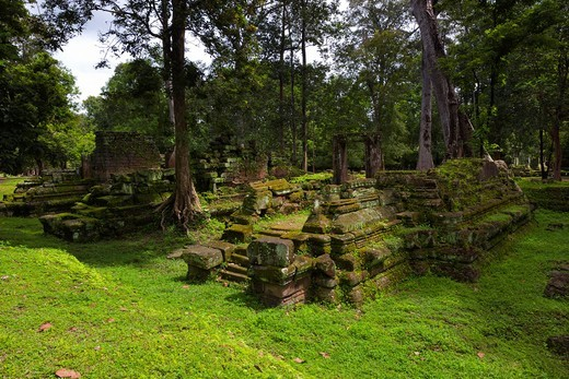 Ruins near Phimeanakas  Prasat Phimean Akas, ´celestial temple´ or Vimeanakas Khmer: Prasat Vimean Akas at Angkor, Cambodia, is a Hindu temple in the Khleang style, built at the end of the 10th century, during the reign of Rajendravarman from 941-968, the. Ruins near Phimeanakas  Prasat Phimean Akas, ´celestial temple´ or Vimeanakas Khmer: Prasat Vimean Akas at Angkor, Cambodia, is a Hindu temple in the Khleang style, built at the end of the 10th century, during the reign of Rajendravarman from  : Stock Photo