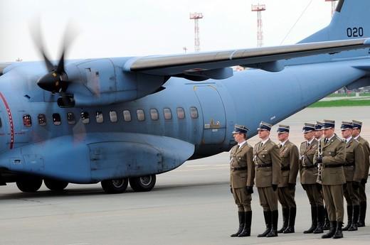 11 04 2010  Polish President Lech Kaczynski´s body returns to Warsaw  Ceremony on Okecie military airport : Stock Photo