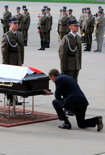 11 04 2010  Polish President Lech Kaczynski´s body returns to Warsaw  Ceremony on Okecie military airport with polish prime minister Donald Tusk kneeling : Stock Photo