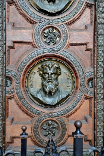 Detail of main door of St Stephens´s Basilica, depicting carvings of the heads of the 12 apostles, Budapest, Hungary, Central Europe : Stock Photo