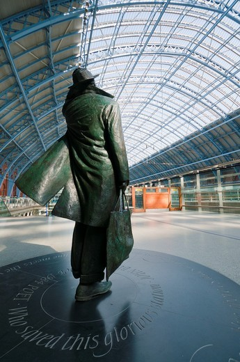 Sculpture of John Betjeman by Martin Jennings at St Pancras Railway Station, London England : Stock Photo