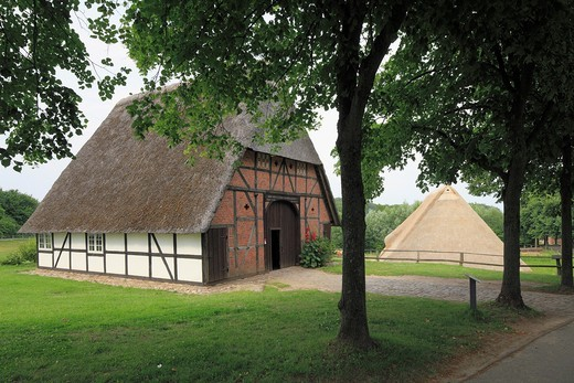 Stock Photo: 1566-816626 D-Molfsee, Eider, Baltic Sea, Schleswig-Holstein, D-Molfsee-Rammsee, Schleswig-Holstein open-air museum, cottage from Grossmeinsdorf, Suesel-Grossmeinsdorf, Ostholstein, behind barn from Kleinhavighorst, Honigsee-Kleinhavighorst, Barkauer Land
