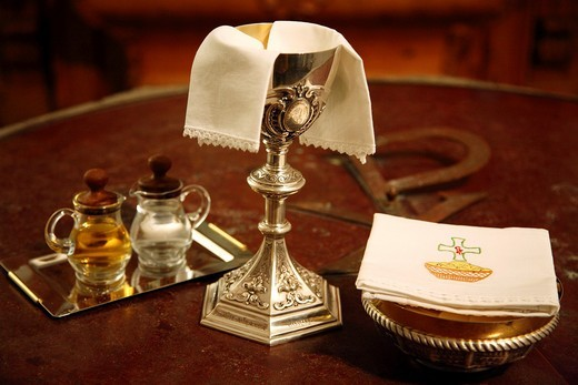 Chalice, communion wafers, wine and water : Stock Photo