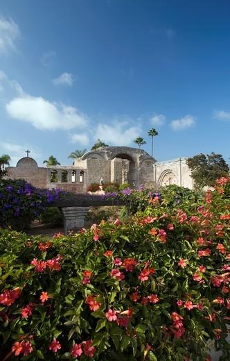 GARDEN GREAT STONE CHURCH RUINS MISSION SAN JUAN CAPISTRANO ORANGE COUNTY CALIFORNIA USA : Stock Photo