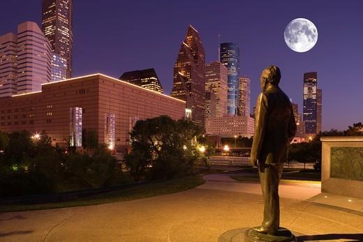 STATUE BUSH MONUMENT SESQUICENTENNIAL PARK DOWNTOWN SKYLINE HOUSTON TEXAS USA : Stock Photo