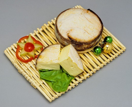 Stock Photo: 1566-824944 Mont-d´or French cheese and wedges on wicker mat