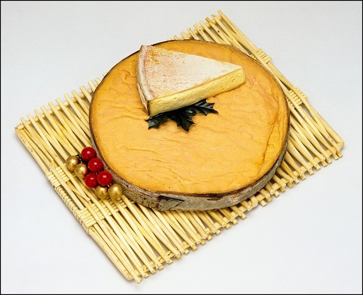 Stock Photo: 1566-824945 Mont-d´or whole French cheese and wedge on wicker mat