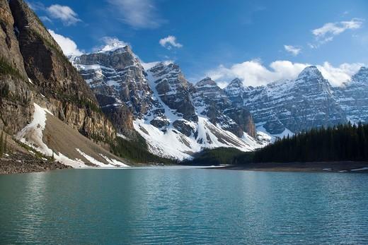 MORAINE LAKE WENNKCHEMNA PEAKS BANFF NATIONAL PARK ALBERTA CANADA : Stock Photo