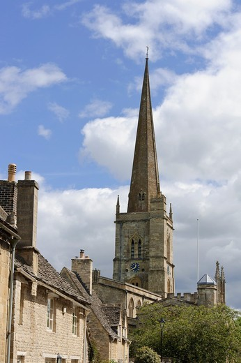 Burford, Oxfordshire with a view of the spire of St John the Baptist church, England, UK : Stock Photo