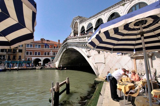 The Rialto Bridge (Italian: Ponte di Rialto). One of the four bridges spanning the Grand Canal. The present stone bridge, a single span designed by Antonio da Ponte, was completed in 1591. Venice, Veneto, Italy. : Stock Photo