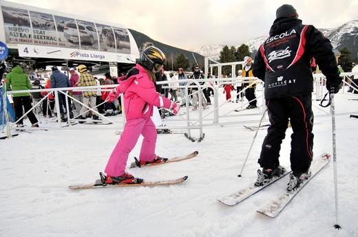 Skiers. La Molina ski resort, Cerdanya, Girona province, Catalonia, Spain : Stock Photo
