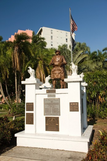 WAR MEMORIAL TO RODOLPHO HERNANDEZ MEDAL OF HONOR WINNER DOWNTOWN FORT MYERS FLORIDA USA : Stock Photo