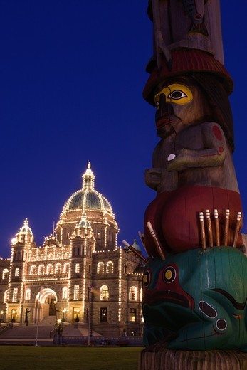 TOTEM POLE AT LEGISLATIVE PARLIAMENT BUILDING VICTORIA VANCOUVER ISLAND BRITISH COLUMBIA CANADA : Stock Photo