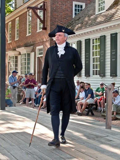 An actor portraying George Washington delivers a speech outside the Raleigh Tavern in Colonial Williamsburg, VA, a ´living history´ museum with an assemblage of buildings populated with historical reenactors who work, dress, and talk as in colonial times : Stock Photo